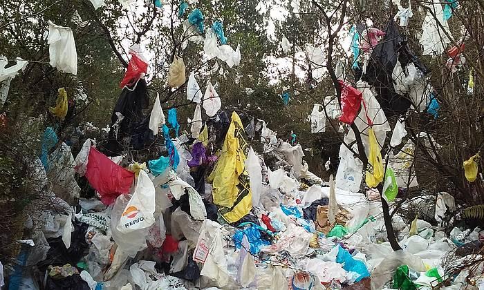 Artigasko zabortegi ondoko mendia, plastikoz beteta./ ©Aitziber Laskibar Lizarribar