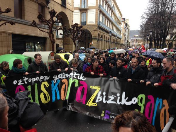 Jendea 'Euskaraz bizi nahi dut' lelodun parnkartak eskuan, protesta batean./ ©Oiartso Los Arcos, Argazki Press