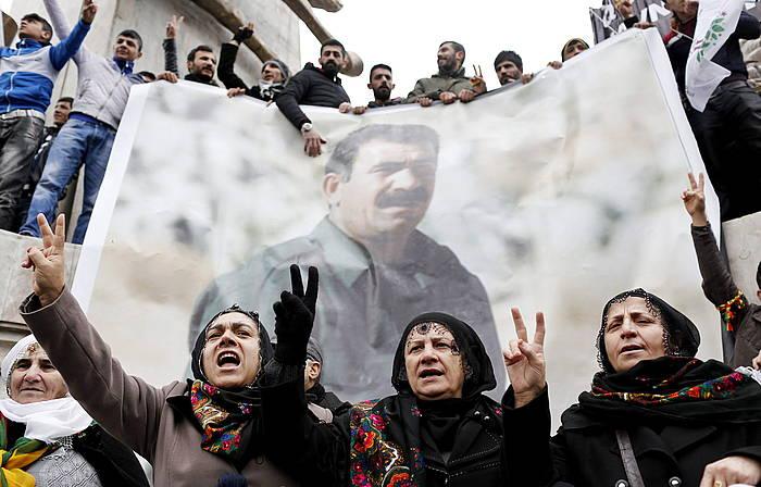 Kurduak, Ocalanen afixekin, protesta batean./ ©SEDAT SUNA, EFE