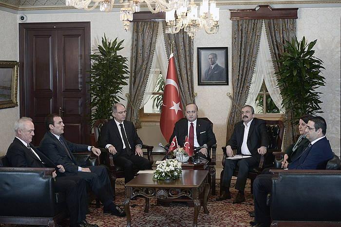 Ezkerrean, Turkiako Gobernuko ordezkariak, eta, eskuinean, HDP Kurdistango alderdi nagusiko diputatuak, atzo, lehen ministroaren bulegoan, Istanbulen./ ©Turkiako Gobernua