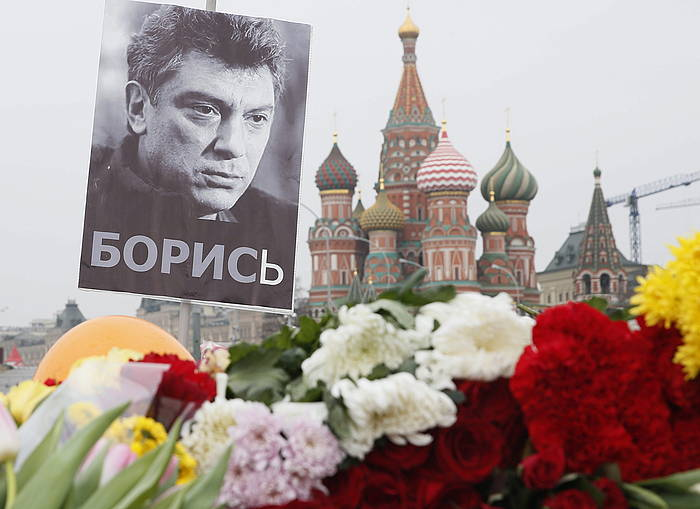 Boris Nemtsov lehen ministro ohi eta oposizioko buruaren argazkia lorez inguratuta, Moskun. ©Sergei Ilnitski / EFE