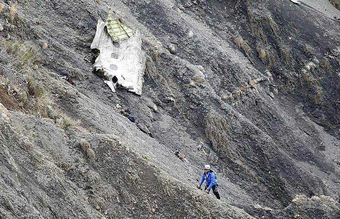 Hegazkinaren arrastoak, istripua izan zuen tokian./ ©GUILLAUME HORCAJUELO, EFE