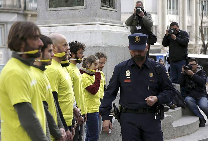 Greenpeaceko kideen protesta Espainiako Kongresuaren atarian. ©Sergio Barrenechea / EFE