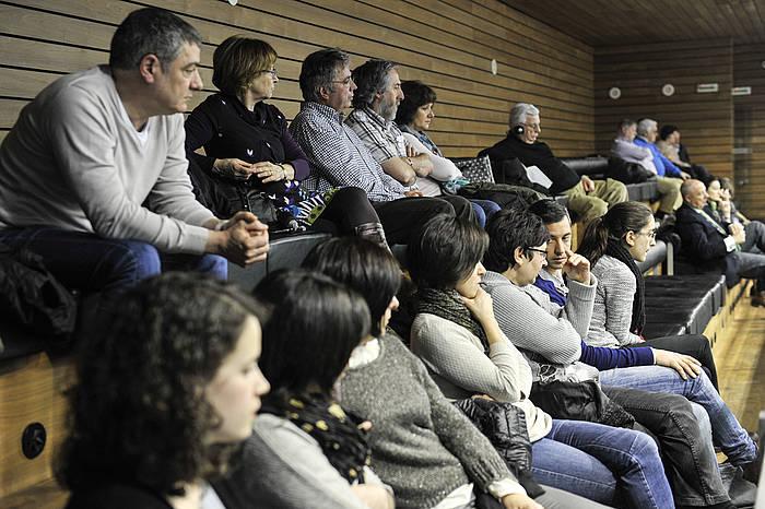Legealdiko azken osoko bilkuran motibazio politikoko biktimen legea onartu da Nafarroako Parlamentuan. Lehen planoan Mikel Zabalzaren sendia./ ©Idoia Zabaleta, Argazki Press