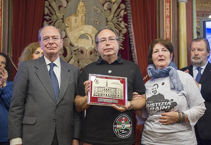 Iñigo Cabacas zenaren gurasoak, Bilboko alkate Ibon Aresorekin./ ©Marisol Ramirez, Argazki Press