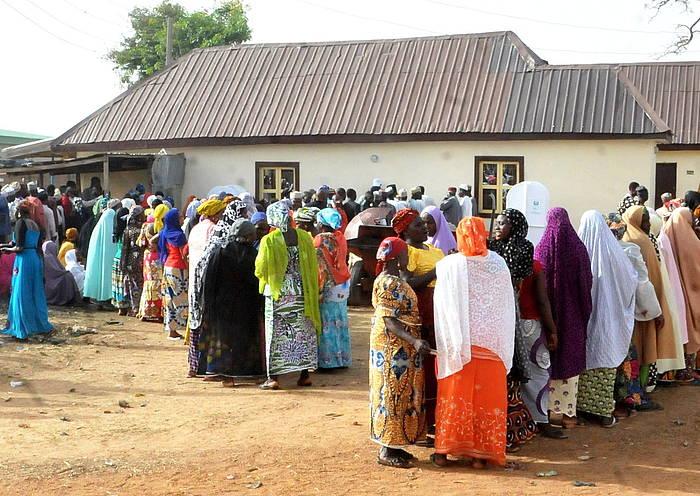 Hainbat herritar botoa emateko zain, Bauchin, Nigeriako ipar-ekialdean./ ©Str, Efe