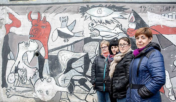Jon Anzaren senideak: Marisa Lopez de Samaniego, Garbiñe Alkiza, Maixo Caspassio eta Anuble Anza, Donostian, Intxaurrondo auzoan, 'Gernika'-ren muralaren aurrean. / ©Juan Carlos Ruiz / Argazki Press