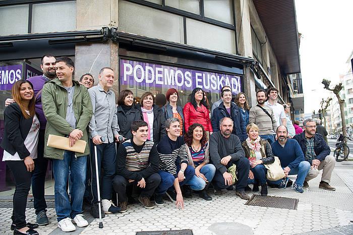 EAEko Ahal Dugu alderdiko zerrendaburuak, Donostiako egoitzaren atarian./ ©Juanan Ruiz, Argazki Press