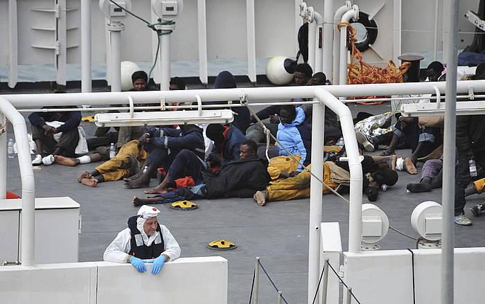 Asteburuan urperatutako ontzitik bizirik irtetea lortu zuten hainbat migratzaile, Maltan./ ©Hay Whary, Efe