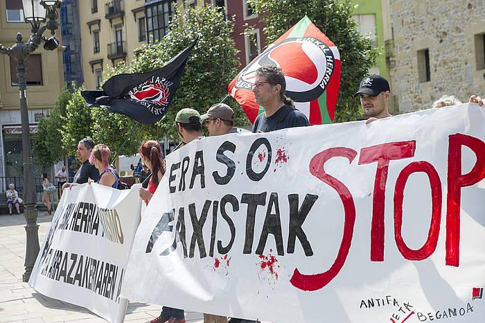 Eraso bat salatzeko elkarretaratze antifaxista Bilboko Unamuno Plazan./ ©Marisol Ramirez, Argazki Press
