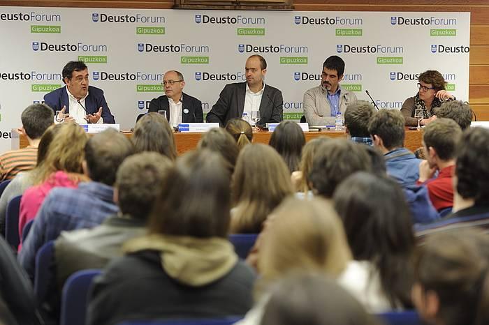 Ernesto Gasco (PSE), Juan Karlos Izagirre (EH Bildu), Felix Arrieta (Deustoko Unibertsitateko irakaslea), Eneko Goia (EAJ) eta Miren Albistur (PP). ©Jon Urbe / Argazki Press