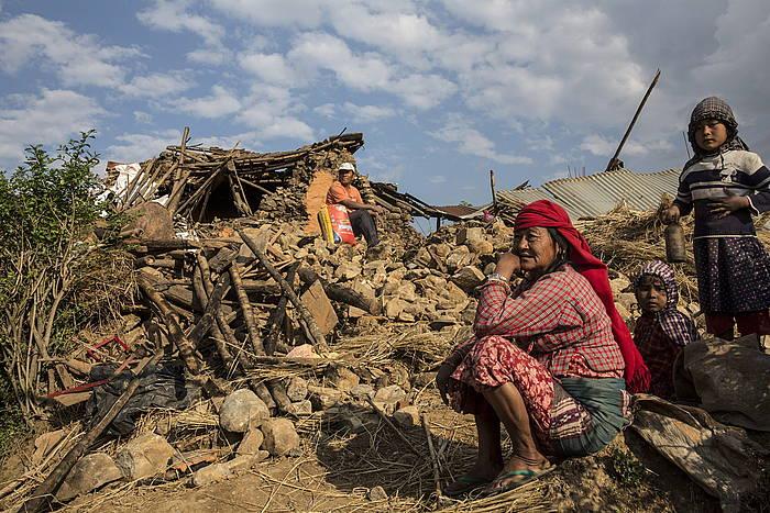 Katmanduko hainbat herritar, atzo, hondakinei begira./ ©Palani Mohan/International Fede