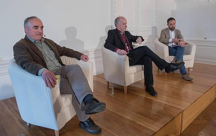Xabier Olano eta Denis Itxaso, Martxelo Otamendi moderatzaile lanetan dutela. ©Andoni Canellada / Argazki Press