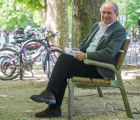 Eugenio Ibarzabal, joan den asteartean, Donostian, bere liburuaren ale batekin. ©/ Juan Carlos Ruiz, Argazki Press