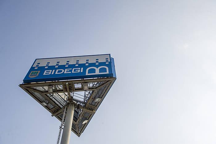 Bidegiren logotipoa kartel batean,  enpresaren egoitzan egoitzan./ ©Gorka Rubio, Argazki Press
