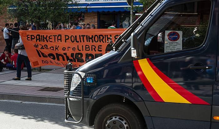 Espainiako Poliziaren presentzia nabarmena izan da arratsaldean Iruñeko Arrotxapean. Bertakoa da Ibon Esteban, zigortuetako bat. Ez dute atxilotu oraindik. ©Jagoba Manterola / Argazki Press