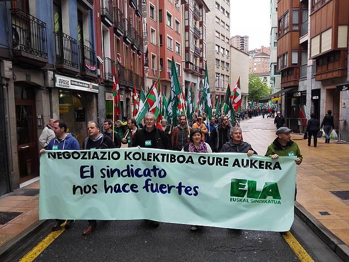 Adolfo Muñoz ELAko idazkari nagusia, atzo, sindikatuak Eibarko kaleetan egindako manifestazioan. ©ELA.