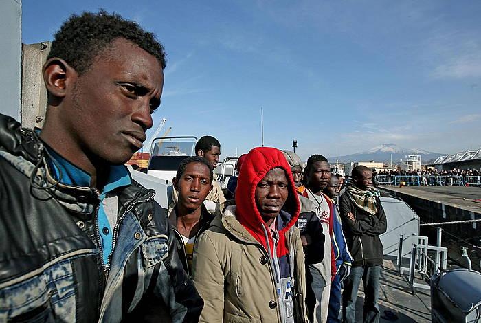 Mediterraneotik heldutako migratzaileak, Cataniako portuan (Italia). ©ALESSANDRO DI MEO / EFE