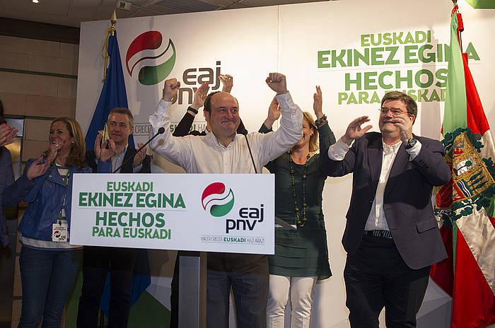 EAJko kideak, tartean Urkullu, Orduzar, Atutxa eta Aburto, garaipena ospatzen, igande gauean. / ©Marisol Ramirez, Argazki Press
