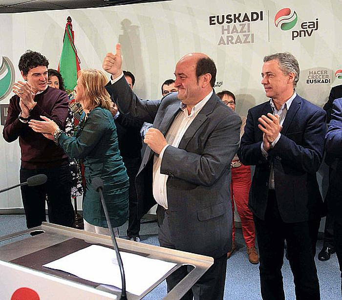 Andoni Ortuzar EAJren EBBko presidentea alderdikideekin emaitzak ospatzen igande gauean, Sabin Etxean./ ©L. TEJIDO / EFE