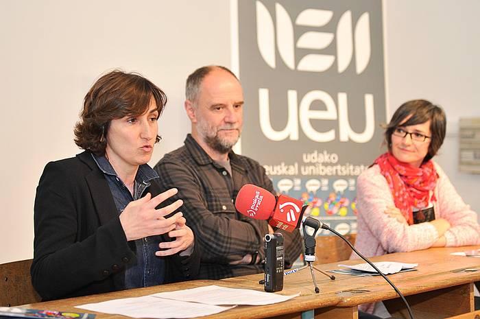 Lorea Agirre, Iñaki Alegria eta Irati Iciar, UEUren udako ikastaroen aurkezpenean./ ©Idoia Zabaleta, Argazki Press