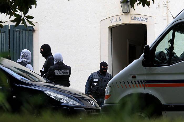 Polizia, Miarritzeko Cambarre etxearen atarian./ ©Bob Edme