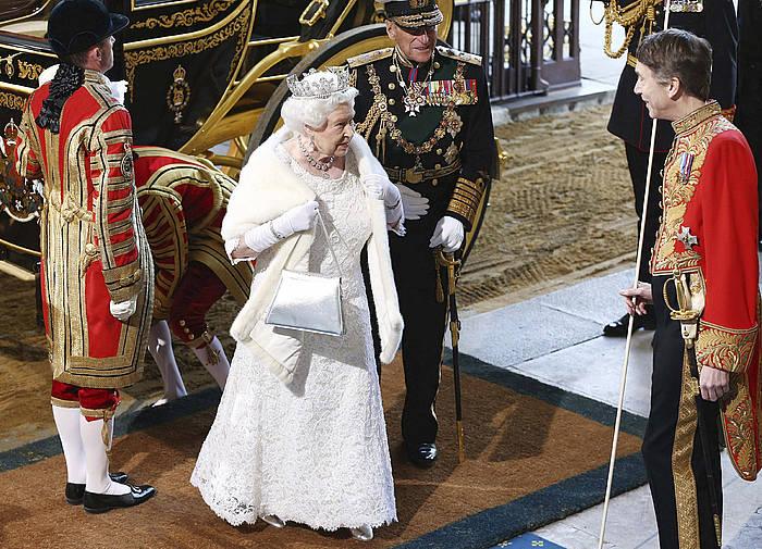 Elizabeth erreginak atzo abiarazi zuen ofizialki David Cameronen agintaldia Westminsterreko jauregian egin ekitaldian./ ©CARL COURT / PA WIRE