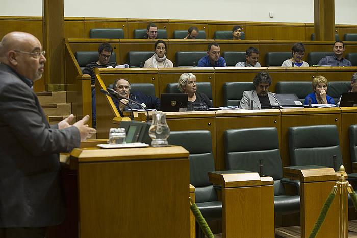 Jose Antonio Pastor (PSE) hizketan, Eusko Legebiltzarreko saio batean. ©Raul Bogajo / Argazki Press