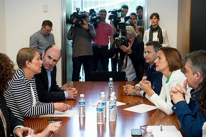 Geroa Bai eta PSNko ordezkariak, gaur, bi alderdien arteko bileran./ ©Iñigo Uriz, Argazki Press