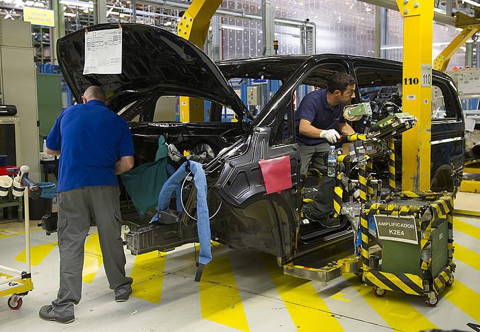 Langileak auto bat muntatzen Gasteizko Mercedes Benz-en lantegian. / ©Raul Bogajo, Argazki Press