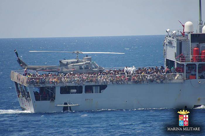 Erreskataturiko migratzaileak Italiako kostara iristen./ ©EFE