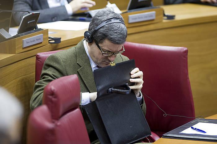 Jose Iribas, Nafarroako Hezkuntza kontseilaria, parlamentuko saio batean. ©Iñigo Uriz / Argazki Press