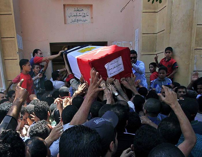Sinaiko herenegungo borroketan hildako baten hileta, atzo, Kairon. ©STR / EFE