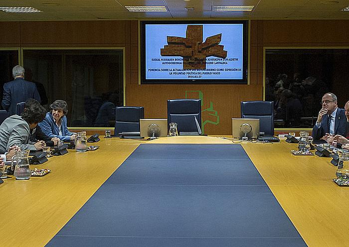 Eusko Legebiltzarreko autogobernu lantaldeko kideak, 2014ko martxoaren 27an, lantaldea eratu zuten egunean. ©JUANAN RUIZ /ARGAZKI PRESS