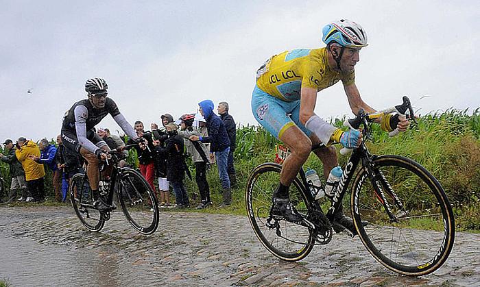 Vincenzo Nibali, iaz, Fabian Cancellara atzean duela, su batean, Frantziako Tourreko bosgarren etapan, harbide zatian. ©NICOLAS BOUVY / EFE