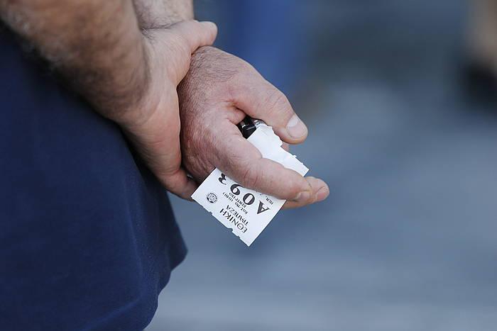 Pentsiodun bat Atenasko banketxe batean zain. ©ARMANDO BABANI / EFE
