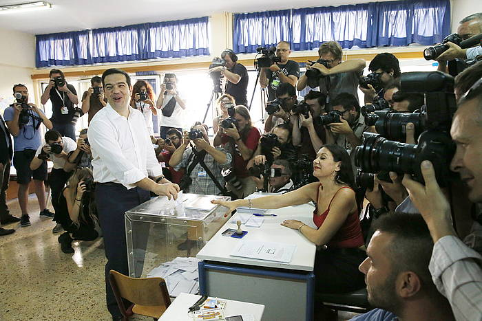 Alexis Tsipras Greziako lehen ministroa, botoa ematen. ©Armando Babani / EFE