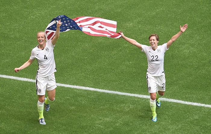 Becky Sauerbrunn eta Meghan Klingenberg, AEBetako jokalariak, bandera eskuetan, Japoniaren aurkako partida amaitu berritan. ©Carmmen Jaspersen / EFE