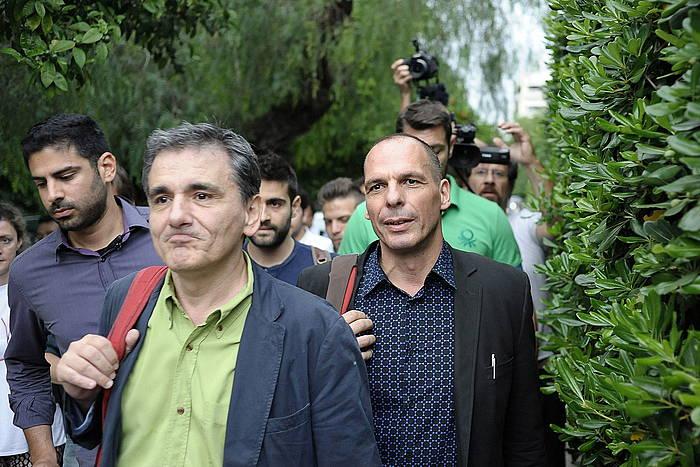 Euclid Tsakalotos, erdian, Greziako Finantza ministro berria, eta haren atzean Giannis Varufakis, orain artekoa. ©Fotis Plegas G / EFE