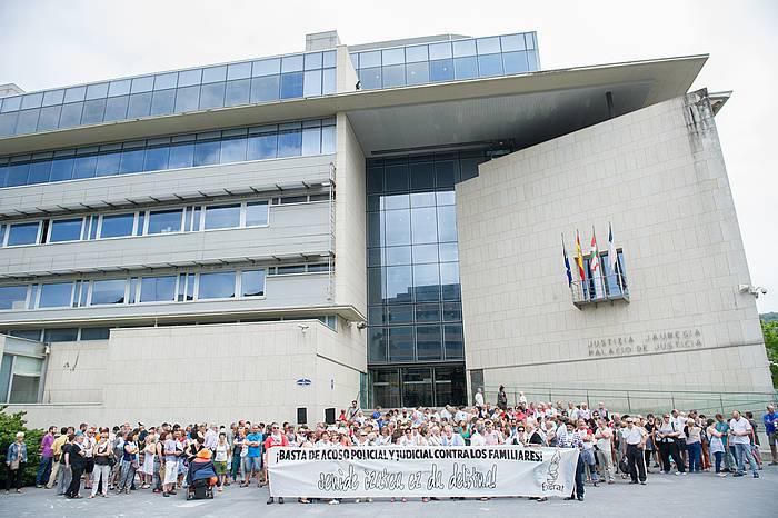 Juan Ramon Arkauz, Luis Urrutia, Txusa Etxeandia eta Juan Mari Sanpedro, Etxerat-ek Donostian egindako agerraldiaren ondoren. ©/ BERRIA