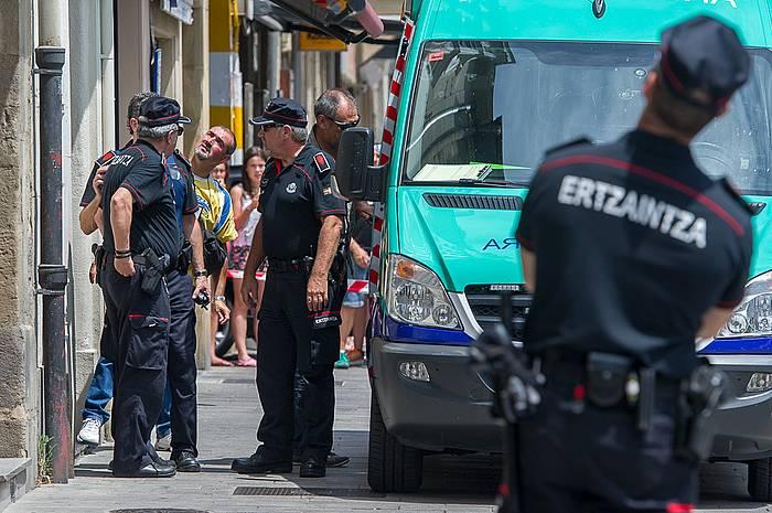 Ertzain ugari azaldu dira gizonezkoa atxilotzera./ ©Juanan Ruiz, Argazki Press