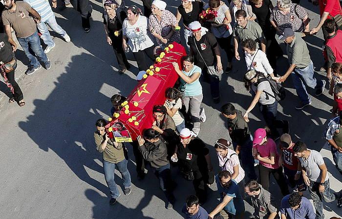 Poliziak azken egunotako sarekada batean hildako ezkerreko militante baten hileta, atzo, Istanbulen. ©Sedat Suna / EFE