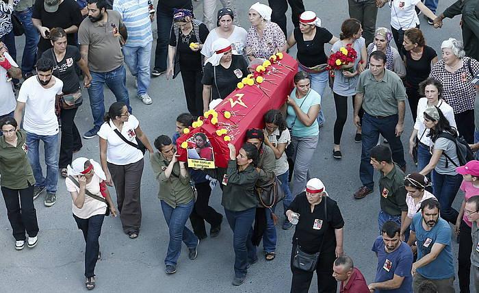 Poliziak azken egunotanko sarekada batean hildako ezkerreko militante baten hileta, atzo, Istanbulen./ ©SEDAT SUNA, EFE
