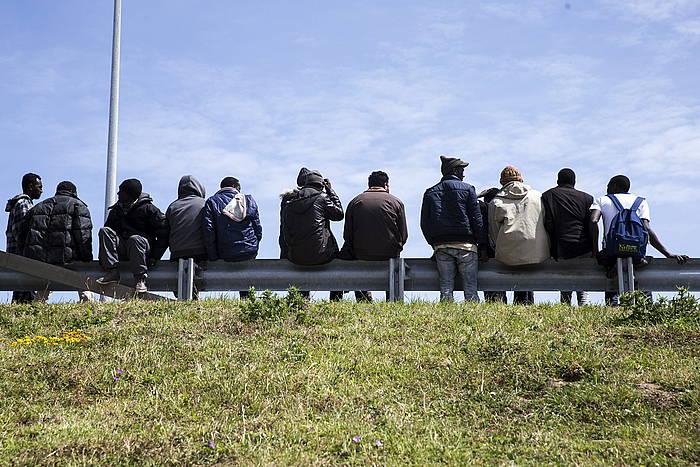 Etorkinak atseden hartzen, Calaisen. ©Etienne Laurent / EFE