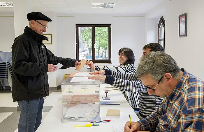 Herritar bat bozkatzen Mundakan, maiatzeko ual eta foru hauteskundeetan. ©Marisol Ramirez / Argazki Press