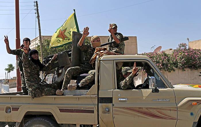 YPGak Tel Abyadeko garaipena ospatzen, ekainean. Ordutik, etengabe kendu dizkiote lurraldeak EIri. ©Sedat Suna / EFE