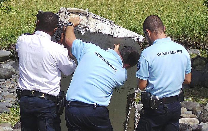 Frantziako gendarmeak Afrikako Reunion irlan aurkitutako pieza ikertzen./ ©EFE