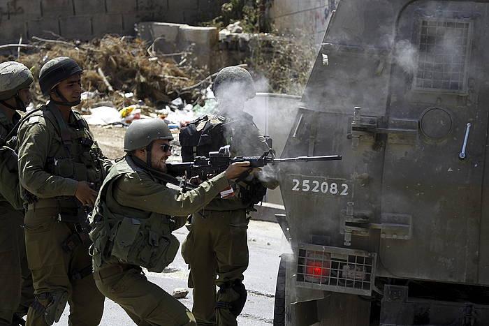 Soldadu israeldarrak palestinarrei tiroka, Hebronen. 18 hilbeteko haur palestinar baten heriotzak liskarrak gogortu ditu. ©Abed Al Haslhamoun / EFE