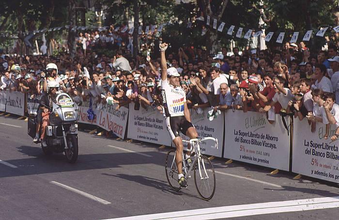Miguel Indurain, garaipena ospatzen, Donostiako Bulebarrean, 1990eko Klasikoan. ©/ DV