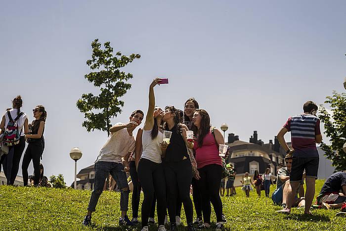 Gazte talde bat, sakelako telefonoarekin 'selfie' bat egiten, artxiboko irudi batean. ©Aritz Loiola, Argazki Press